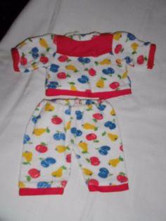 alte-Puppenkleidung-bunter-Puppen-Schlafanzug