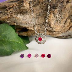 Diese bezaubernde Kette mit Blumenanhänger ist die perfekte Ergänzung zu jedem Outfit. Sehr gerne wird diese Kette auch zum Trachtenoutfit und zum Dirndl getragen. In der Mitte der Blume funkelt ein Kristall. Die Kette ist in verschiedenen Farben erhältlich und kann somit farblich auf den Look abgestimmt werden. Costume Necklaces, Costume Jewelry, Red And Pink, Pink Purple, Pendant Jewelry, Pendant Necklace, Swarovski, Flower Pendant, Traditional Outfits