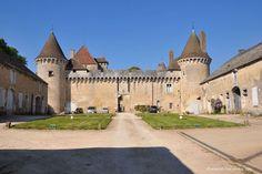 Château de Rully, il trône majestueusement sur son éperon rocheux depuis le XIIème siècle et offre un magnifique panorama sur la cote chalonnaise.Juillet et août, visites guidées de l'intérieur tous les jours, sauf le lundi de 10 h 30 à 19 heures (8 €).