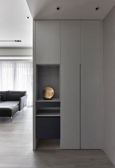 極簡的櫃體 跟天花設計 其中簍空的地方是直接用櫃體或是考白鐵件? 下方空格還故意做一藍色櫃體跳色