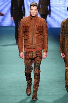 See the complete Etro Fall 2015 Menswear collection.