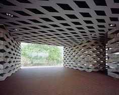 en esta textura en el interior se puede ver como absolutamente todo tiene textura, y como se contrastan las texturas del techo y paredes, tienen formas de rombos, y es algo diferente para la vista del espectador