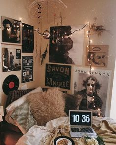 One of the numerous dorm room ideas you can do is to get a set of bed risers. Occasionally it's challenging to truly feel chic once you're given limited interior space. If you own a bun… Room decor 47 Smart Diy Dorm Room Decoration Ideas Retro Bedrooms, Teenage Girl Bedrooms, Modern Bedroom, Girls Bedroom, Rock Bedroom, Contemporary Bedroom, Master Bedroom, Master Suite, Music Bedroom