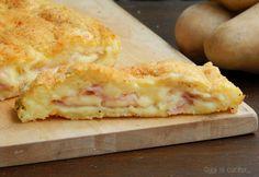 Il polpettone di patate e prosciutto con scamorza affumicata è un secondo piatto ricco e completo, si cuoce in forno e piace proprio a tu.