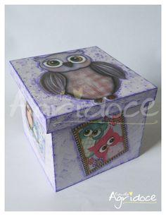Você ama adesivos, cadernetas, bloquinhos, decotapes e coisinhas fofas de papelaria? <br>Então dá uma olhada nesse super kit! <br>Uma caixinha toda linda de corujinha, feita à mão, recheada de fofurices para as amantes de papelaria! <br>Dá pra decorar muito e ainda manter tudo organizadinho! <br>Um lindo presente para uma amiga querida ou para você mesma. <br> <br>O que vai: <br>1 caixinha 13 x 13 x 11 cm mdf decorada artesanalmente. <br>1 caderneta <br>1 bloquinho <br>10 decotapes sortidas…