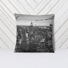 New York feelings.  Almofada New York em breve no www.helenamaiadesign.com.br. International shipping soon on my etsy shop ! #decoration #blackandwhite #ny #newyorkcity #prints #photography #hm #helenamaia #helenamaiadesign #hmd