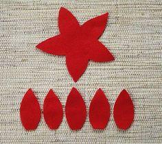 Para fazer uma flor recorte uma base e cinco pétalas