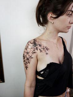 Feminine Shoulder Tattoos, Shoulder Sleeve Tattoos, Back Of Shoulder Tattoo, Shoulder Tattoos For Women, Flower Tattoo Shoulder, Best Sleeve Tattoos, Feminine Tattoos, Mommy Tattoos, 12 Tattoos