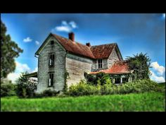 Looks like Mignon's old house~ Old Abandoned Buildings, Abandoned Homes, Old Buildings, Abandoned Places, Beautiful Dream, Beautiful Homes, Creepy Old Houses, Old Farm Houses, Old Barns