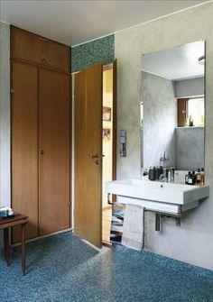 Detta renoverade badrum har alla element från1960-taletkvar, och därför är tonen så rätt för husets stil. Verkligen snyggt badrum för 60-tals hus!