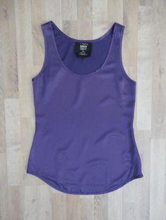 Musculosa de seda violeta, escote redondo #levi's  #ModaSustentable. Compra esta prenda en www.saveweb.com.ar!