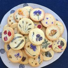 Edible flowers baked into biscuits / cookies seasonal bakes for special occasion. Edible flowers baked into biscuits / cookies seasonal bakes for special occasions - would be cute as wedding favours Cookie Recipes, Baking Recipes, Dessert Recipes, Cod Recipes, Gourmet Desserts, Cookie Ideas, Salmon Recipes, Plated Desserts, Pizza Recipes