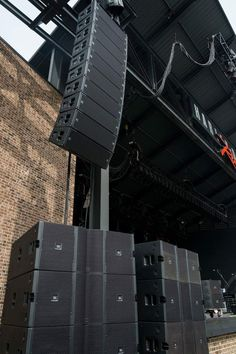 An example of a linear array of JBL 4888 Active PA speakers accompanied by sub woofer linear elements. Dj Sound, Sound Room, Equipment For Sale, Audio Equipment, Stage Equipment, Home Audio Speakers, Professional Audio, High End Audio, Sound Design