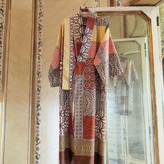 Bassetti Kimono Ebano V9 aus zart schimmernder Baumwolle. Weicher Kimono mit Bindegurt aus hochwertiger Baumwolle mit Seidenfinish. Stilvoll verwöhnt der luxuriöse Bademantel optisch, wie auch durch sein griffiges Material. www.bettwaren-shop.de