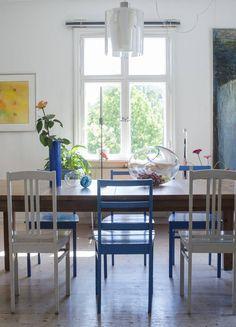 Ruokasalin tuolit on ostettu eri paikoista. Siniset ovat Camillan äidin maalaamia. Taulut ovat Jaakko Pakkalan, sylinterimaljakko Howard Smithin ja kynttilänjalka Anneli Sainion.