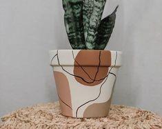 Painted Plant Pots, Terracotta Plant Pots, Painted Flower Pots, Pots D'argile, Pot A Crayon, Creation Deco, Diy Art Projects, Diy Décoration, Diy Planters