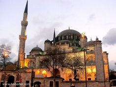 İstanbul Mihrimah Sultan Camii - Edirnekapı Mihr-î-Mâh Sultan Camii İstanbul'un Karagümrük semtinin Edirnekapı bölümünde surların hemen yanında bulunan cami. Banisi(Kurucusu) Kanuni Sultan Süleyman'ın kızı Mihrimah Sultan'dır. 1562-1565 yılları arasında Mimar Sinan tarafından yapıldı.