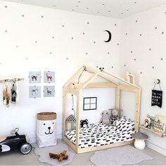 Quarto infantil. Destaque para o saco de brinquedos, o jogo de lençol e esse avião de madeira lindo! <3  by: Kids room decor | Ivy Cabin | www.ivycabin.com the bedding!
