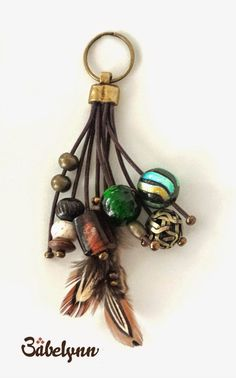 Babelynn : Llaveros con pluma #colgantes #bisuteria #bisuteiras #colgantesbisuteria #colgantesbisuterias #argentina #colgantebisuteria Diy Jewelry, Jewelery, Handmade Jewelry, Jewelry Making, Leather Jewelry, Leather Craft, Japanese Ornaments, Diy Keyring, Leather Keychain