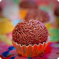Brigadeiro de Leite Ninho com Recheio de Nutella Sweet Recipes, Real Food Recipes, Yummy Food, Chocolates, Best Candy, Mini Foods, Caramel Apples, Yummy Cakes, Chocolate Recipes