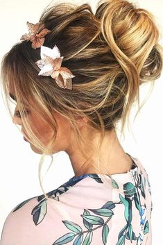 A messy bun is a perfect hairdo for literally any occasion and any season. It is classic and timeless. There are so many types of messy buns, and we will reveal all the secrets and tips how to master it disregarding your hair texture. Messy Bun Hairstyles, Hairstyles Haircuts, Down Hairstyles, Messy Bun With Braid, Messy Updo, Messy Buns, Short Hair Bun, Half Up Half Down Hair, How To Curl Your Hair