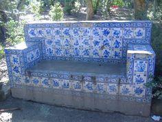 Um canto romântico na Mata Municipal de Évora, este banco com azulejos de figura avulsa!