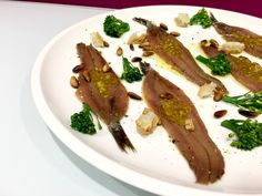Anchoas con bimi, piñones y caviar de AOVE Caviar, Bacon, Muffin, Breakfast, Food, Cooking Recipes, Seafood, Homemade, Muffins