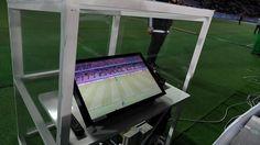 Futbolda teknolojiden ne ölçüde yararlanılacağı konusu uzun süredir tartışılıyor. Bazı liglerde ve turnuvalarda gol çizgisi teknolojisinin uygulanmaya başlanmasının ardından son zamanlarda da video yardımcı hakem teknolojisi test ediliyor. İlk olarak 2016 Dünya Kulüpler Şampiyonası'nda ciddi...   https://havari.co/video-yardimci-hakem-teknolojisi-2018-dunya-kupasinda-kullanilacak/