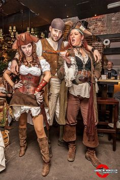You can work like a captain, but don't forget to play like a pirate ! Great pirates costume idea for attend a company party. Pirate Garb, Female Pirate Costume, Pirate Wench, Pirate Woman, Lady Pirate, Pirate Queen, Queen Costume, Diy Pirate Costume For Women, Toga Costume