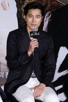 韓国・ソウル(Seoul)にある大型映画館チェーン「メガボックス(Megabox)」の東大門(Dongdaemun)店で行われた、映画『神の一手(英題、The Divine Move)』の制作報告会に臨む俳優のチョン・ウソン(Jung Woo-Sung、2014年5月28日撮影)。(c)STARNEWS ▼5Jun2014AFP|映画『神の一手』の制作報告会、主演チョ・ウソンら出席 http://www.afpbb.com/articles/-/3016720 #Jung_Woo_Sung