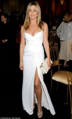 How old is Jennifer Aniston? Her age isn't evident in photos of the actress, who looks forever young. Jennifer Aniston's movies and TV. Estilo Jennifer Aniston, Jennifer Aniston Style, Jennifer Aniston Wedding Dress, Celebrity Dresses, Celebrity Style, Jeniffer Aniston, Beautiful Celebrities, The Dress, Slit Dress