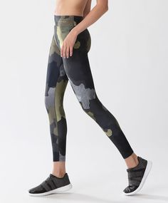 Legging 7/8 camouflage - Leggings - Dernières tendances Automne Hiver 2016 en mode femme chez OYSHO online : lingerie, vêtements de sport, pyjamas, bain, maillots de bain, bodies, robe de chambre, accessoires et chaussures.