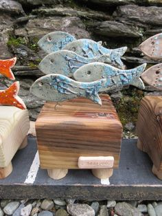 Ceramic shoal fish on driftwood or recycled wood di SeaTreeArgyll