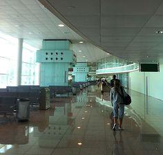 Anchos pasillos y paredes acristaladas, haces de esta terminal, una experiencia cómoda para el pasajero.