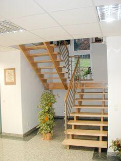 Aufgesattelte Podesttreppe mit mitlaufendem Geländer