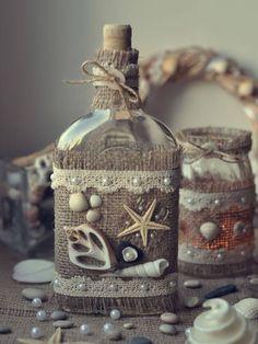 más y más manualidades: 15 idбутылкиeas para decorar botellas usando yute e hilo rústico. Wine Bottle Art, Diy Bottle, Wine Bottle Crafts, Beer Bottle, Vodka Bottle, Seashell Art, Seashell Crafts, Beach Crafts, Burlap Crafts