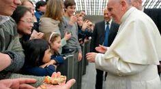 """Nunca discutan delante de los niños, pide el Papa a padres de familia 21/12/2017 - 01:06 pm .- El Papa Francisco se reunió con los trabajadores del Vaticano y con sus familias y dio a los padres este consejo: """"Nunca discutan delante de los niños. ¡Nunca!""""."""