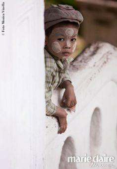 Birmania controcorrente. Per proteggere il viso dei bambini dal sole si usa una densa pasta ricavata dalla corteccia di un albero locale.