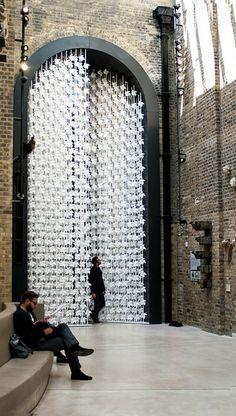 L'installation de Portail du Vent par Najla El Zein comprend Huit mètres de haut  de moulins à vent en papier