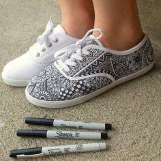 TURNPANTOFFELS IN EEN NIEUW JASJE Geef je witte pantoffels / turnpantoffels een persoonlijke toets met textielstift. (textielstiften zijn in veel kleuren verkrijgbaar)  gevonden op: https://www.facebook.com/teerle/