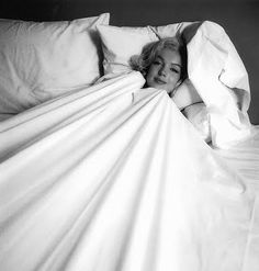 Marilyn Monroe photographed by Richard Avedon, 1957 - Marilyn Monroe (Norma Jeane Baker) - Photos Massage Place, Good Massage, Facial Massage, Massage Bed, Milton Greene, Richard Avedon, Marie Claire, Divas, Ocean Wave