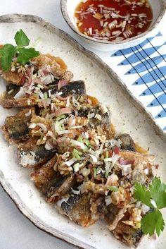 カラリと揚げた秋刀魚に香味野菜をたっぷり加えた中華南蛮タレをかけて頂きましょう。