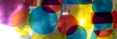 Des couvertures de cahier et de leau sur la vitre..Une manière simple de montrer aux enfants comment les couleurs varient, se mélangent et changent : coller des cercles de couleurs translucides sur une fenêtre.