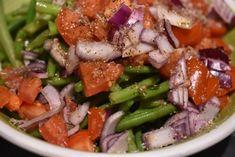 En bønnesalat er en lækker salat, der er nem og enkel at lave og som består af få ingredienser: grønne bønner, rødløg og tomater. Dryp med en god Vinaigrette eller en anden god olie-eddikedressing. Vinaigrette, Creme Fraiche, Feta, Salads, Good Food, Chicken, Dinner, Olie, Dressing