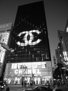 Chanel NYC~ Another one of my favorite addresses. Chanel Store, Coco Chanel, Luxury Branding, Branding Design, Corporate Branding, Luxury Store, Go To New York, I Love Ny, Futuristic Architecture