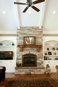8 Hot concepts for fireplace facing that will certainly make your family appreciate celebration Fireplace Facing, Family Room Fireplace, Fireplace Bookshelves, My Living Room, Home And Living, Italian Home, Fireplace Remodel, Home Upgrades, Fireplace Design
