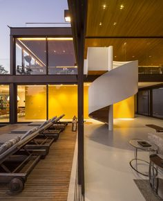 Residência Limantos / Fernanda Marques Arquitetos Associados @fmaa @fgsg #living #stairs #patio #terrace #deck #wall #yellow #lighting