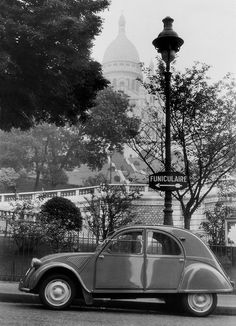 Frankreich Paris 1956 Citroën 2CV vor der Basilika Sacré-Coeur de Montmartre in der Pl. Saint-Pierre