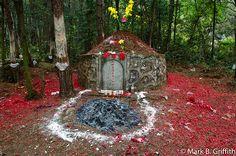 """El """"Día de Barrer las Tumbas"""" o """"Qingmingjie"""" en mandarín, que se celebra hoy, es una tradición de más de 2.500 años de antigüedad en la que los chinos visitan los cementerios para limpiar las tumbas de sus muertos y queman dinero y otras ofrendas de papel para rendirles homenaje. Ver más en: http://www.elpopular.com.ec/49659-china-recuerda-a-los-muertos-con-ofrendas-en-el-festival-qingmingjie.html?preview=true"""