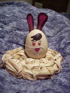 Handmade table decoration for Easter. TUTORIAL HERE:  http://handmadeclao.blogspot.ro/2014/04/iepuras.html